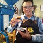 José Luis Araque tomando un café en Caroai Café
